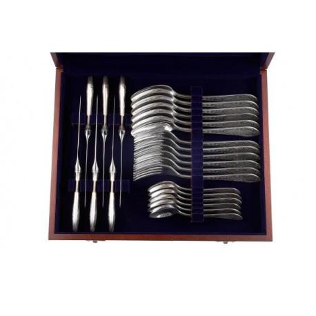Zestaw posrebrzanych sztućców stołowych w drewnianej kasecie