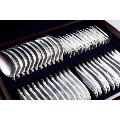 Zestaw srebrnych sztućców stołowych w drewnianej kasecie